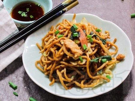Нудли с пилешки гърди, броколи, грах и чушки по китайски - снимка на рецептата